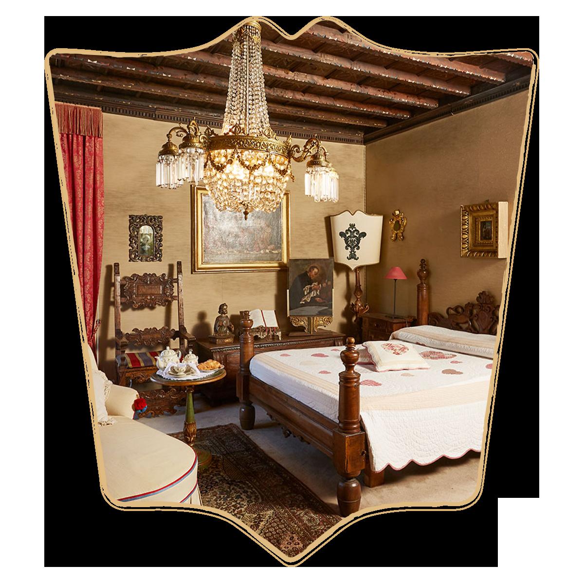 Letto e lampadario antichi nella camera Monte a Villa Evelina