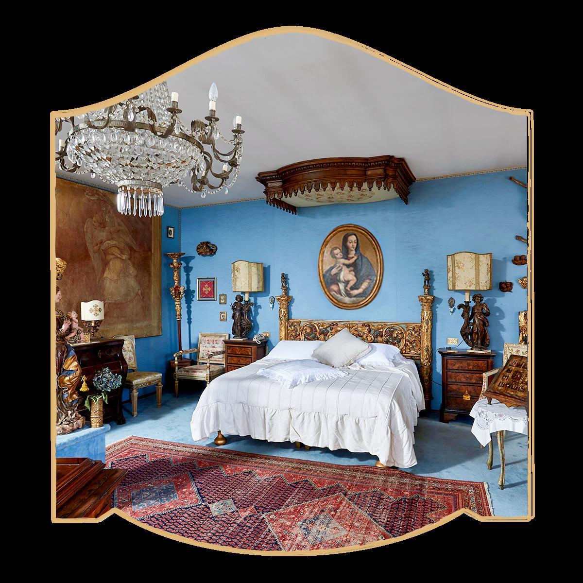 Parte della camera suite a Villa Evelina con letto antico